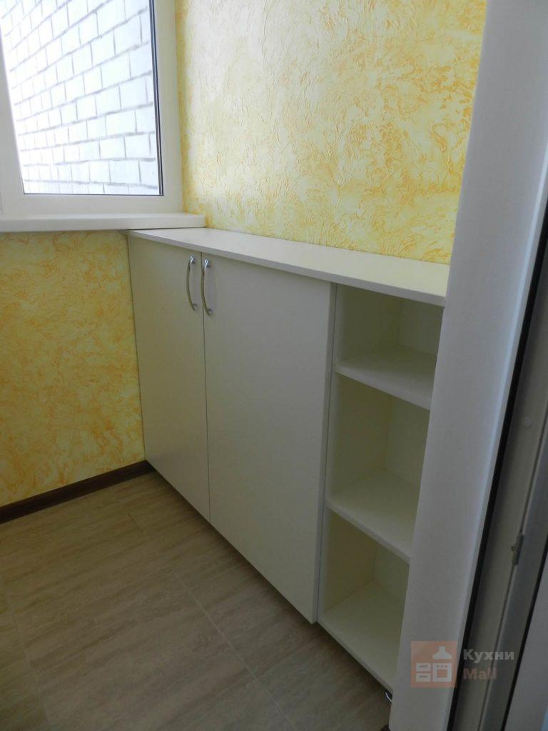 Белая мебель в лоджии